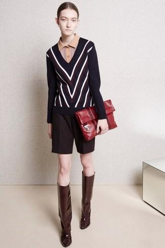 Cómo combinar: botas de caña alta de cuero burdeos, pantalones cortos de lana burdeos, camisa polo marrón claro, jersey de pico en zig zag azul marino