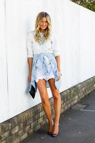 Cómo combinar: zapatos de tacón de cuero de rayas horizontales en blanco y negro, pantalones cortos blancos, camisa vaquera celeste, jersey con cuello circular blanco