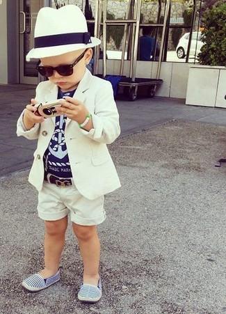 Cómo combinar: zapatillas azules, pantalones cortos blancos, camiseta azul marino, blazer blanco