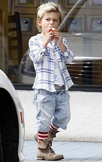 Cómo combinar: botas marrónes, pantalones cortos vaqueros celestes, camiseta blanca, camisa de manga larga blanca