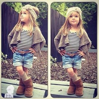Cómo combinar: botas ugg marrónes, pantalones cortos vaqueros azules, camiseta de rayas horizontales blanca, cárdigan marrón