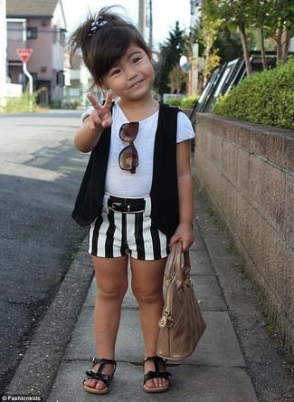 Cómo combinar: sandalias negras, pantalones cortos en blanco y negro, camiseta blanca, chaleco negro