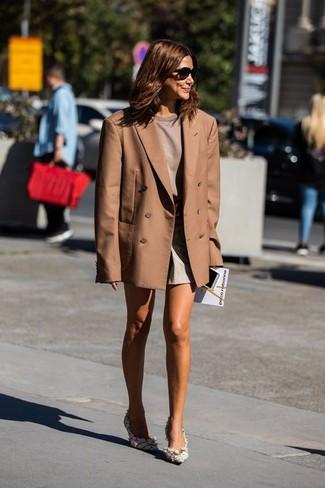 Combinar unos pantalones cortos: Considera emparejar un blazer cruzado marrón con unos pantalones cortos para lidiar sin esfuerzo con lo que sea que te traiga el día. Zapatos de tacón de tweed blancos son una opción perfecta para complementar tu atuendo.