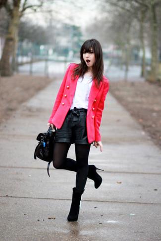 Cómo combinar: botines de ante negros, pantalones cortos de cuero negros, camiseta con cuello circular blanca, blazer cruzado rosa