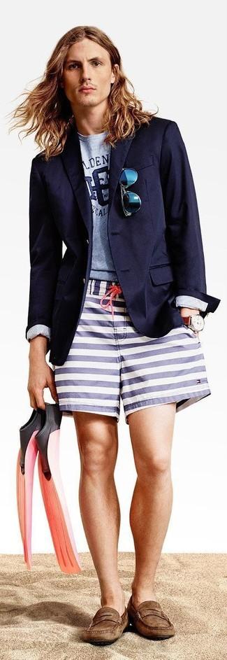 Combinar unas gafas de sol azules: Un blazer azul marino y unas gafas de sol azules son una gran fórmula de vestimenta para tener en tu clóset. Con el calzado, sé más clásico y haz mocasín de ante marrón tu calzado.