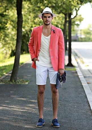 Cómo combinar: zapatos derby de ante azules, pantalones cortos blancos, camiseta con cuello circular blanca, blazer de lino rosado