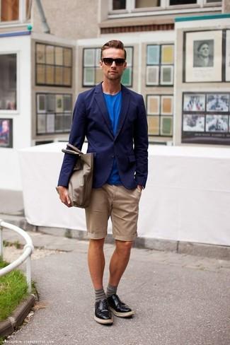 Cómo combinar: zapatos derby de cuero negros, pantalones cortos marrón claro, camiseta con cuello circular azul, blazer azul marino