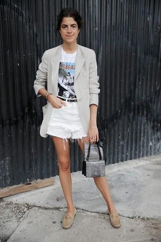 Cómo combinar: mocasín de ante en beige, pantalones cortos vaqueros blancos, camiseta con cuello circular estampada blanca, blazer gris
