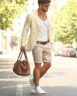 Cómo combinar: tenis de lona blancos, pantalones cortos en beige, camiseta con cuello circular blanca, blazer de algodón de rayas verticales amarillo