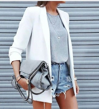 Combinar una bolsa tote de ante gris: Para un atuendo tan cómodo como tu sillón opta por un blazer blanco y una bolsa tote de ante gris.