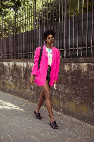 Outfits mujeres en verano 2020: Ponte un blazer rosa y unos pantalones cortos de cuero negros y te verás como todo un bombón. Con el calzado, sé más clásico y haz mocasín de cuero negros tu calzado. Es un atuendo especialmente apto para este próximo verano.