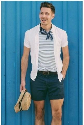 Cómo combinar: sombrero de paja en beige, pantalones cortos negros, camiseta con cuello circular de rayas horizontales en blanco y azul marino, camisa de manga corta blanca