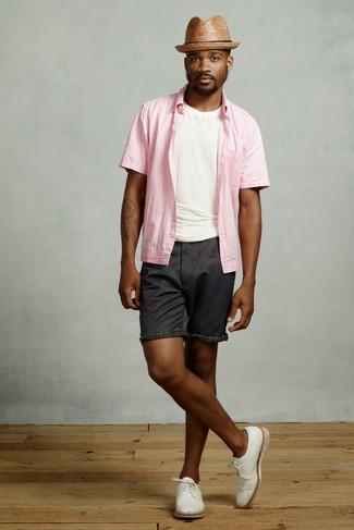 Cómo combinar: zapatos derby de cuero blancos, pantalones cortos negros, camiseta con cuello circular blanca, camisa de manga corta rosada