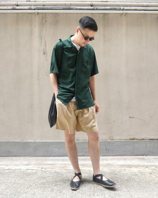 Cómo combinar: mocasín de cuero negro, pantalones cortos marrón claro, camiseta con cuello circular blanca, camisa de manga corta verde oscuro