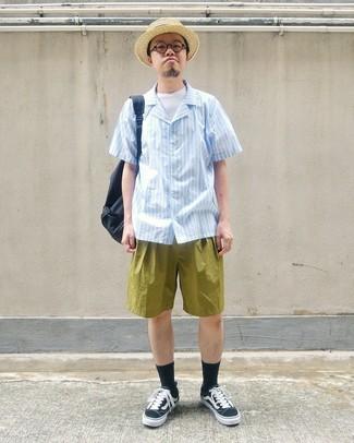 Cómo combinar: tenis de lona en negro y blanco, pantalones cortos verde oliva, camiseta con cuello circular blanca, camisa de manga corta de rayas verticales celeste