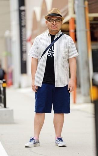 Combinar una camisa de manga corta de rayas verticales blanca: Utiliza una camisa de manga corta de rayas verticales blanca y unos pantalones cortos azul marino para cualquier sorpresa que haya en el día. Un par de tenis de lona en blanco y azul marino se integra perfectamente con diversos looks.