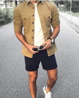 Combinar una camisa de manga larga marrón claro: Para crear una apariencia para un almuerzo con amigos en el fin de semana intenta ponerse una camisa de manga larga marrón claro y unos pantalones cortos negros. Tenis blancos son una opción inmejorable para complementar tu atuendo.