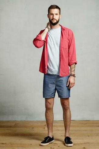 Cómo combinar: tenis de lona negros, pantalones cortos vaqueros azules, camiseta con cuello circular gris, camisa de manga larga roja
