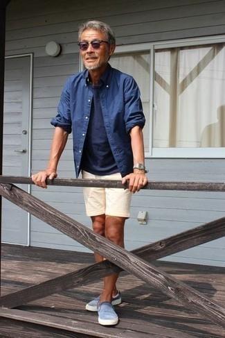 Combinar una camiseta con cuello circular azul marino: Intenta combinar una camiseta con cuello circular azul marino con unos pantalones cortos de lino en beige para conseguir una apariencia relajada pero elegante. Opta por un par de zapatillas slip-on celestes para mostrar tu inteligencia sartorial.
