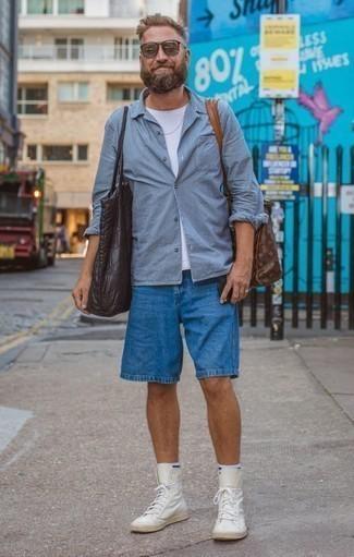 Combinar una camisa de manga larga de rayas verticales celeste: Usa una camisa de manga larga de rayas verticales celeste y unos pantalones cortos azules para una vestimenta cómoda que queda muy bien junta. Tenis de cuero blancos son una opción estupenda para completar este atuendo.