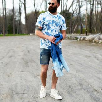 Cómo combinar: zapatillas altas de lona blancas, pantalones cortos vaqueros azul marino, camiseta con cuello circular efecto teñido anudado azul, camisa vaquera azul