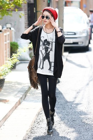 Cómo combinar: botas planas con cordones de cuero negras, pantalones cortos negros, camiseta con cuello circular estampada en blanco y negro, cárdigan abierto negro