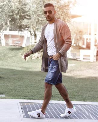 Cómo combinar: tenis estampados blancos, pantalones cortos vaqueros desgastados azules, camiseta con cuello circular blanca, cárdigan abierto gris