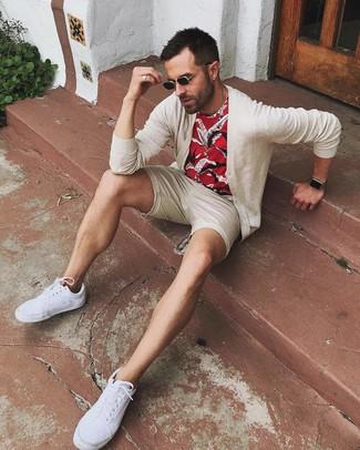Cómo combinar: tenis de lona blancos, pantalones cortos en beige, camiseta con cuello circular estampada roja, cárdigan en beige
