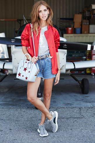 Cómo combinar: deportivas grises, pantalones cortos vaqueros azules, camiseta con cuello circular estampada gris, cazadora de aviador roja