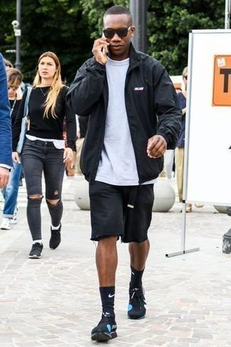 Combinar una cazadora harrington negra: Equípate una cazadora harrington negra con unos pantalones cortos vaqueros negros para conseguir una apariencia relajada pero elegante. Si no quieres vestir totalmente formal, elige un par de deportivas negras.