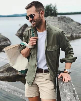 Cómo combinar: bolsa tote de lona en beige, pantalones cortos en beige, camiseta con cuello circular blanca, chaqueta estilo camisa verde oliva
