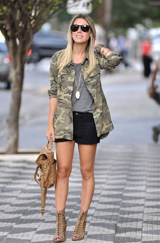 Cómo combinar: botines de cuero con recorte marrón claro, pantalones cortos vaqueros negros, camiseta con cuello circular gris, chaqueta militar de camuflaje verde oliva