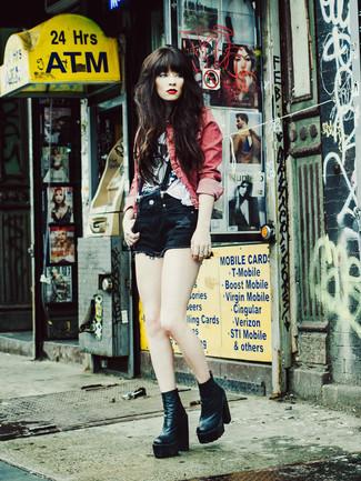 Cómo combinar: botines de cuero negros, pantalones cortos vaqueros negros, camiseta con cuello circular estampada en blanco y negro, chaqueta vaquera roja