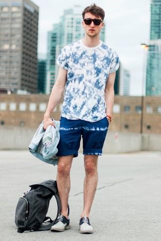 Cómo combinar: zapatos derby de ante en beige, pantalones cortos efecto teñido anudado azul marino, camiseta con cuello circular efecto teñido anudado azul, chaqueta vaquera celeste
