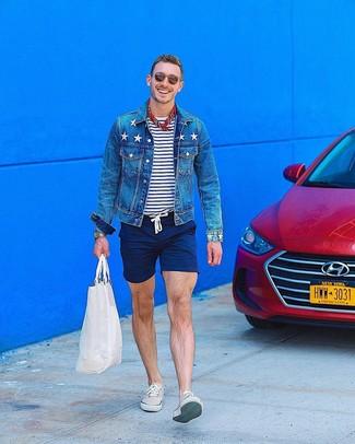 Cómo combinar: tenis en beige, pantalones cortos azul marino, camiseta con cuello circular de rayas horizontales en blanco y azul marino, chaqueta vaquera azul