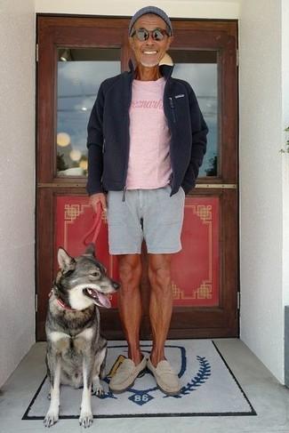 Cómo combinar: mocasín de ante en beige, pantalones cortos grises, camiseta con cuello circular rosada, jersey con cremallera de forro polar negro
