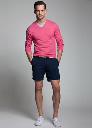 Combinar un jersey de pico rosa: Para un atuendo que esté lleno de caracter y personalidad elige un jersey de pico rosa y unos pantalones cortos azul marino. Tenis blancos son una opción buena para completar este atuendo.