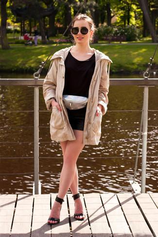 Cómo combinar: sandalias de tacón de cuero negras, pantalones cortos de cuero acolchados negros, camiseta con cuello circular negra, parka en beige