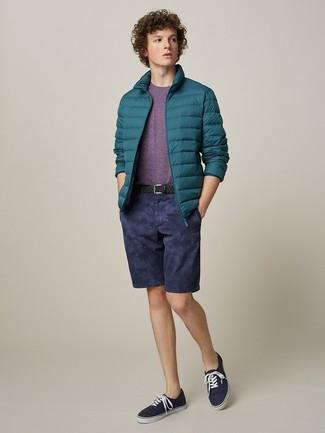 Cómo combinar: tenis de lona azul marino, pantalones cortos azul marino, camiseta con cuello circular morado, plumífero en verde azulado