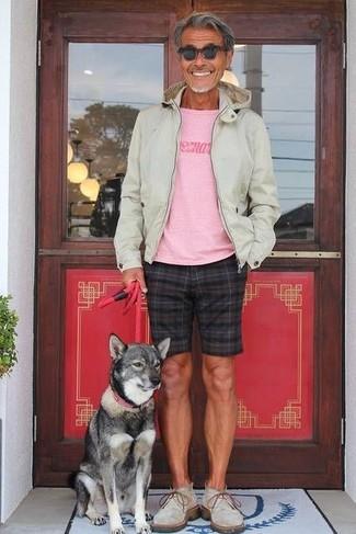 Cómo combinar: botas safari de ante grises, pantalones cortos a cuadros negros, camiseta con cuello circular estampada rosada, sudadera con capucha en beige