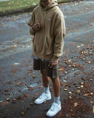 Combinar una sudadera con capucha marrón claro: Usa una sudadera con capucha marrón claro y unos pantalones cortos en gris oscuro para una apariencia fácil de vestir para todos los días. ¿Quieres elegir un zapato informal? Haz deportivas blancas tu calzado para el día.