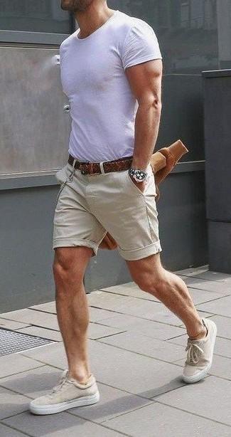 Combinar un jersey: Este combo de un jersey y unos pantalones cortos en beige te permitirá mantener un estilo cuando no estés trabajando limpio y simple. Con el calzado, sé más clásico y opta por un par de tenis de lona en beige.