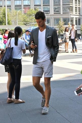 Combinar un blazer en gris oscuro: Si buscas un look en tendencia pero clásico, opta por un blazer en gris oscuro y unos pantalones cortos grises. Si no quieres vestir totalmente formal, usa un par de náuticos de lona grises.