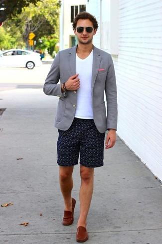 Cómo combinar: mocasín de cuero marrón, pantalones cortos estampados azul marino, camiseta con cuello en v blanca, blazer de punto gris