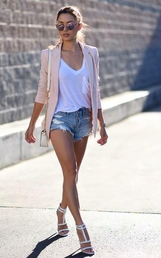 Cómo combinar: sandalias de tacón de cuero blancas, pantalones cortos vaqueros desgastados azules, camiseta con cuello en v blanca, blazer rosado