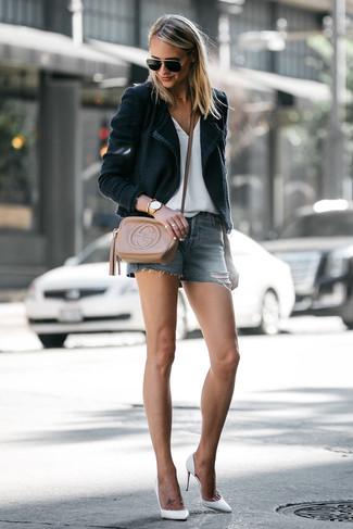Cómo combinar: zapatos de tacón de cuero blancos, pantalones cortos vaqueros azules, camiseta con cuello en v blanca, blazer negro