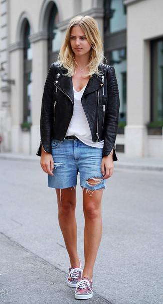 Cómo combinar: zapatillas plimsoll en multicolor, pantalones cortos vaqueros desgastados azules, camiseta con cuello en v blanca, chaqueta motera de cuero negra