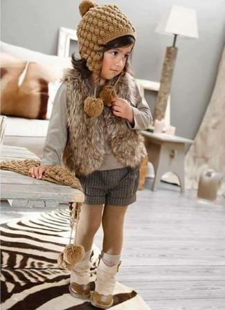 Cómo combinar: botas en beige, pantalones cortos grises, camiseta de manga larga gris, chaleco de pelo marrón