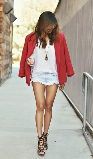 Cómo combinar: sandalias de tacón de ante de leopardo marrónes, pantalones cortos vaqueros celestes, camiseta henley blanca, blazer de lana rojo