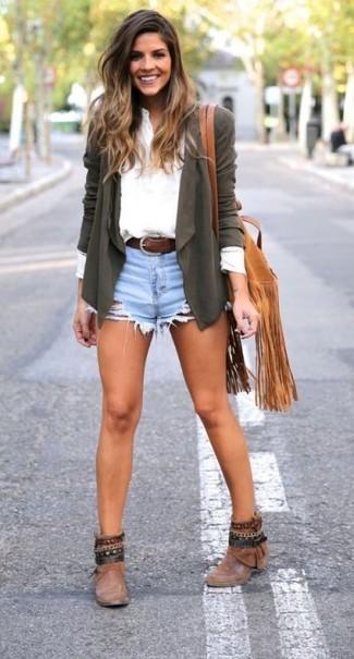 Cómo combinar: botines de cuero marrónes, pantalones cortos vaqueros celestes, camiseta henley blanca, cárdigan abierto verde oliva